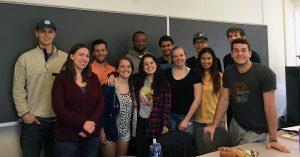María Ignacia Coll (al centro) con los estudiantes de Español I de Amherst College.