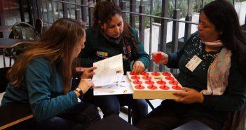 Educadoras de párvulos participan en uno de los talleres de juego.