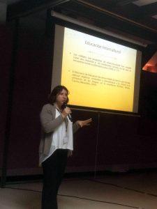 La académica Natalia Salas durante su exposición en Costa Rica.