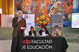 El académico Cristián Cox tomó la palabra en el panel de discusión durante el seminario realizado en Copiapó.