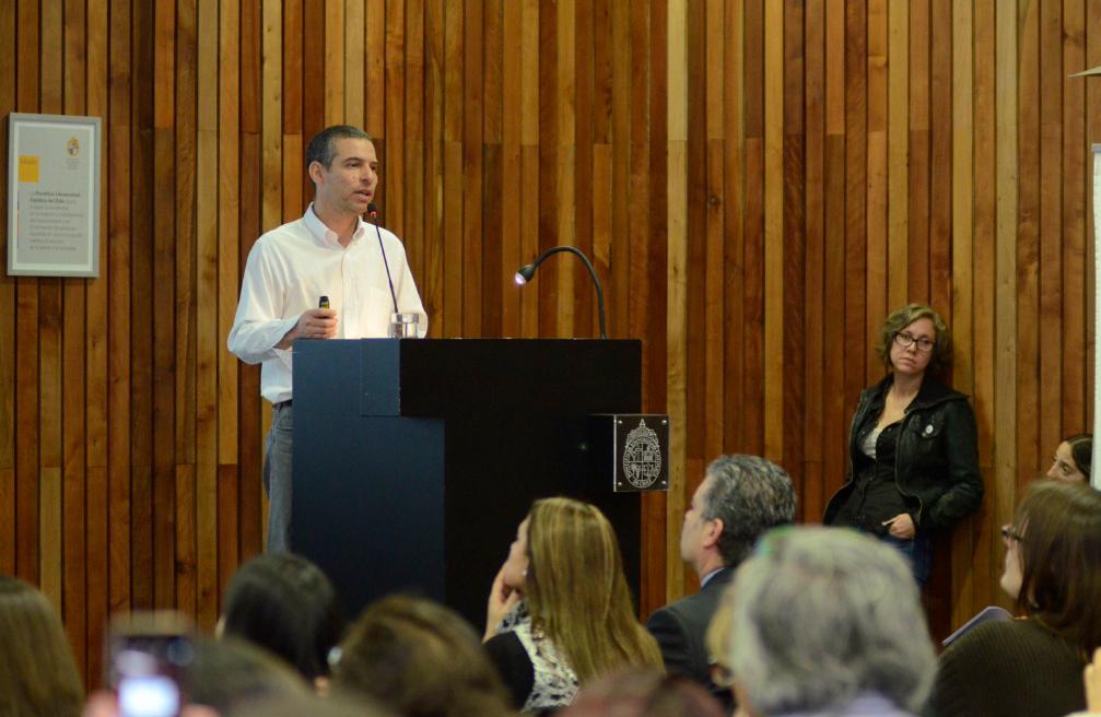 El académico Sebastián Howard en la presentación sobre interacciones para el desarrollo del pensamiento matemático. Foto: @Fac_EducacionUC