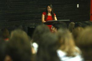 La titulada Paula Loyola durante su discurso.
