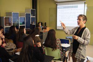 Montserrat Pedreira en clase con estudiantes de Educación Parvularia.