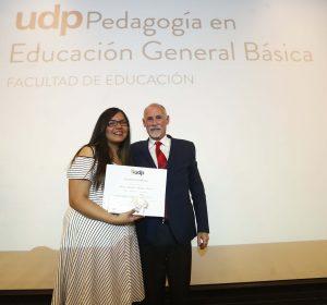 Rosa Chandía recibió el premio a la excelencia académica, que fue entregado por el decano Horacio Walker.