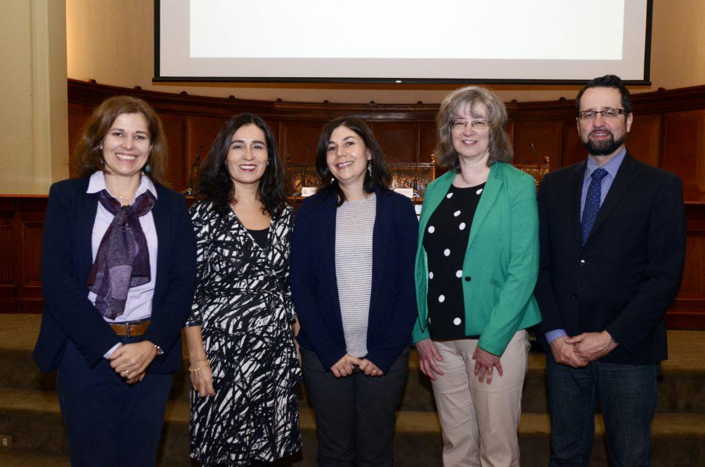 De izquierda a derecha, las académicas María Inés Susperreguy, Katherine Strasser, Francisca del Río, Jo-Anne LeFevre y el académico Dario Cvencek. Foto: Facultad de Educación UC.