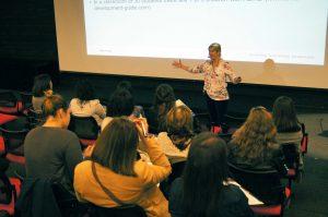 Sally Farley durante su presentación.