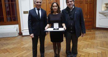 Paola Sevilla junto a los rectores Carlos Peña y Eduardo Silva S.J.